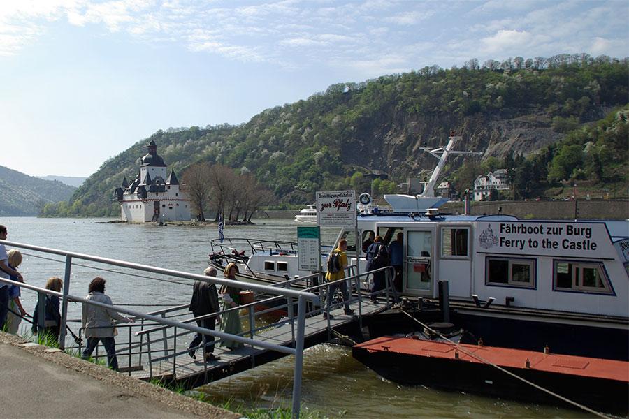 Das Fährboot fährt sie zur Alten Zollburg